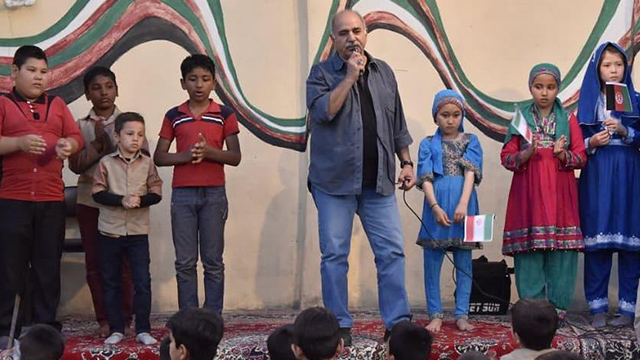 «پرویز پرستویی» کودکان افغانستانی را غافلگیر کرد