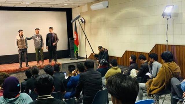 استقبال دانشجویان افغانستانی از کارگاه آموزشی «صابر ابر» و «الهام کردا»+ تصاویر